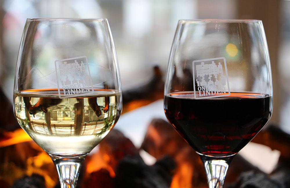 wijn bij openhaard